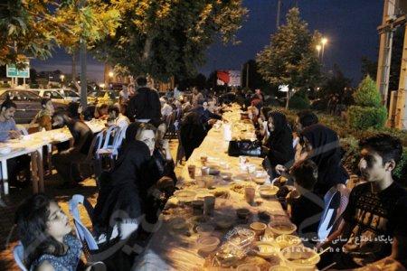 گزارش تصویری مراسم افطاری عمومی در جلوی حسینیه آل طاها آمل